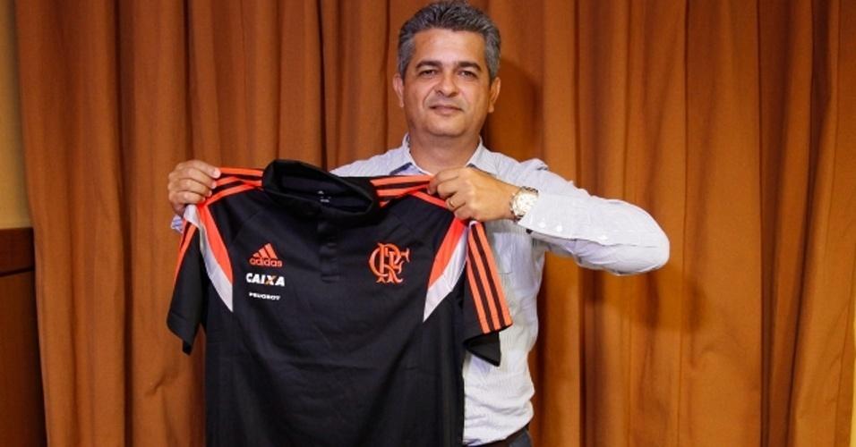 14 mai. 2014 - Treinador Ney Franco posa com a camisa do Flamengo após assinar contrato até o fim de 2015