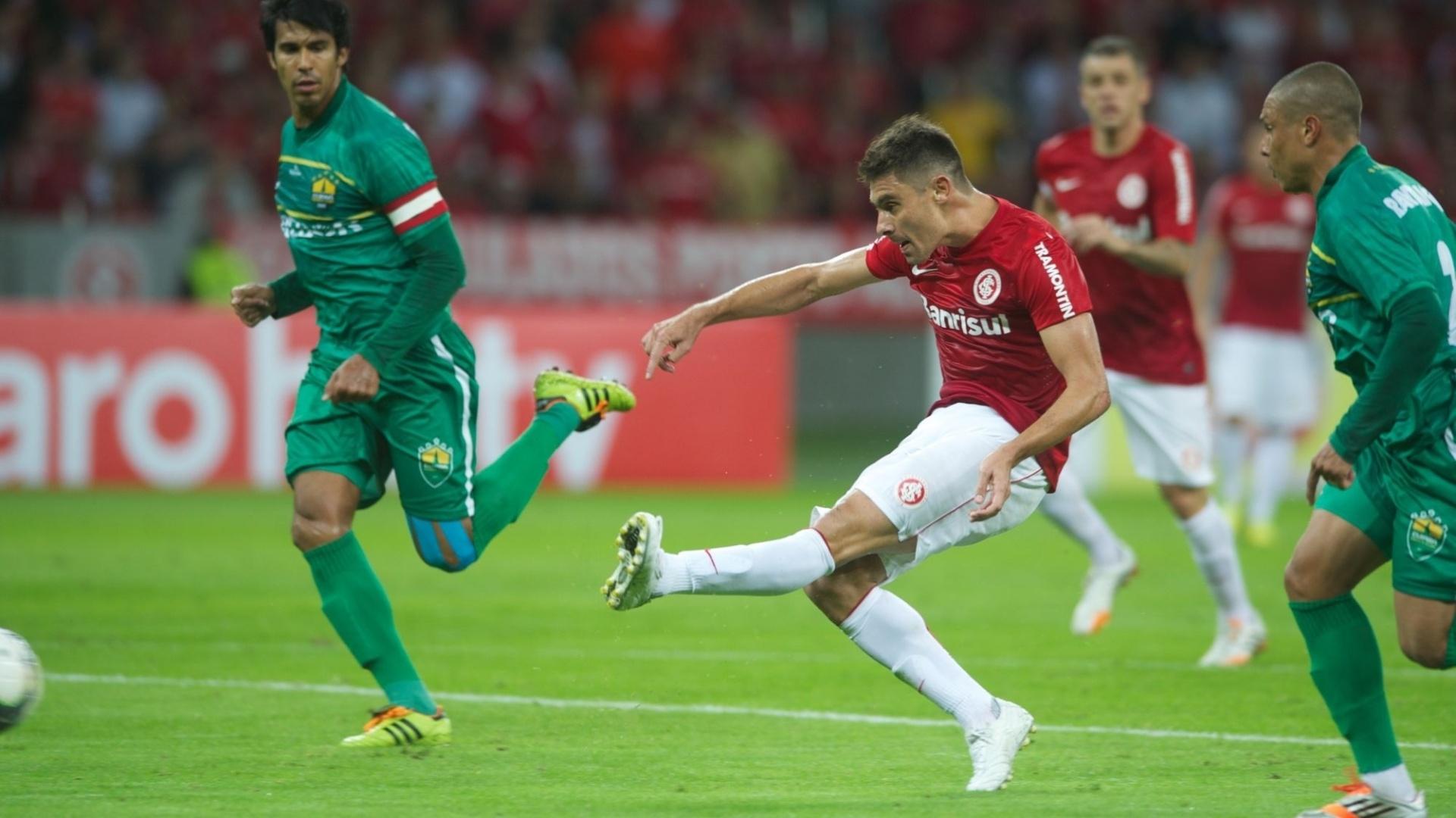 14.05.2014 - Alex chuta para marcar o primeiro gol do Inter contra o Cuiabá no Beira-Rio