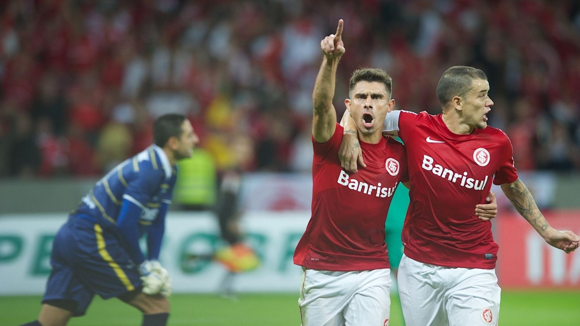 14.05.2014 - Alex e D'Alessandro comemoram gol do Inter diante do Cuiabá, pela Copa do Brasil
