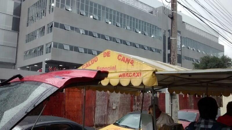 Do lado de fora da Arena da Baixada, ambulantes vendem caldo de cana
