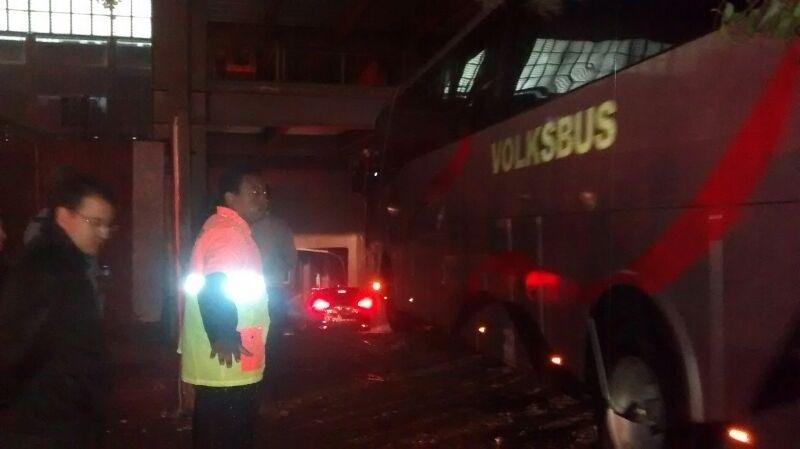 Torcedores do Atlético-PR acompanham entrada do ônibus do clube na Arena da Baixada