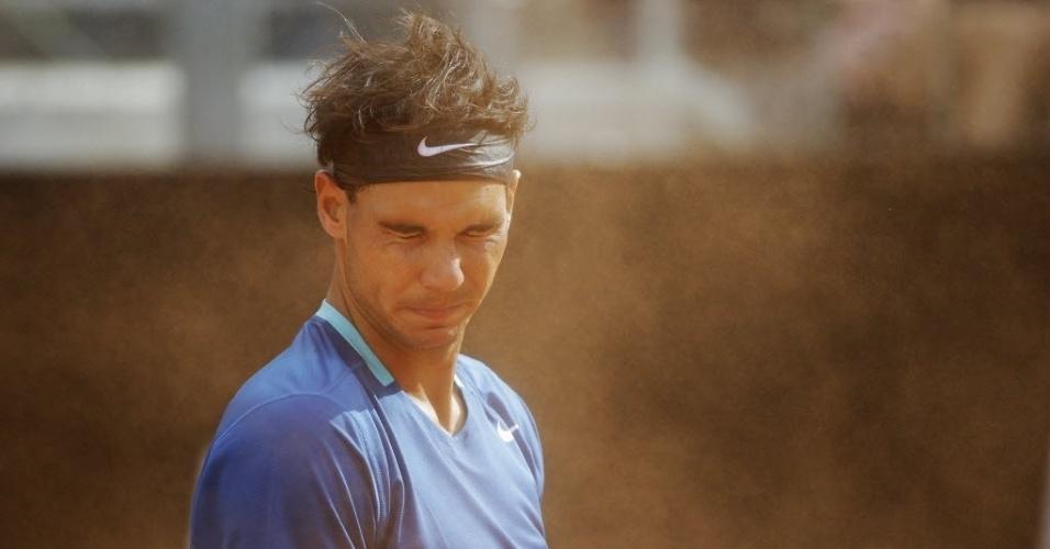 15.mai.2014 - Nadal fecha os olhos para evitar a poeira do saibro na partida contra o russo  Mikhail Youznhy pelas oitavas de final em Roma