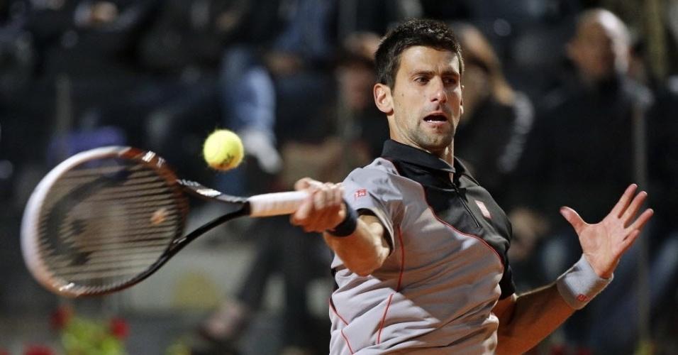 15.mai.2014 - Novak Djokovic rebate bola de Philipp Kohlschreiber