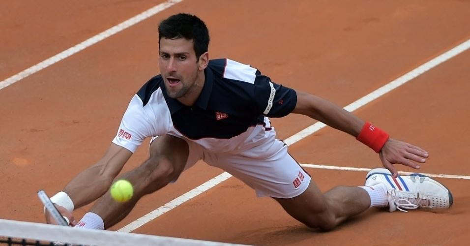 16.mai.2014 - Djokovic se estica para devolver bola de Ferrer em duelo das quartas de final do Masters 1000 de Roma