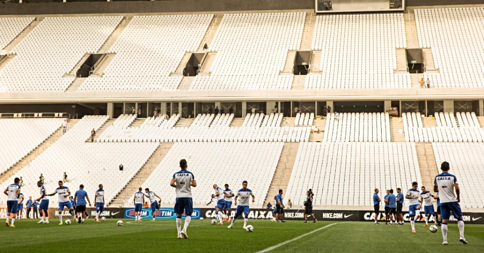 Jogadores do Corinthians realizam trabalho com bola durante treino no Itaquerão