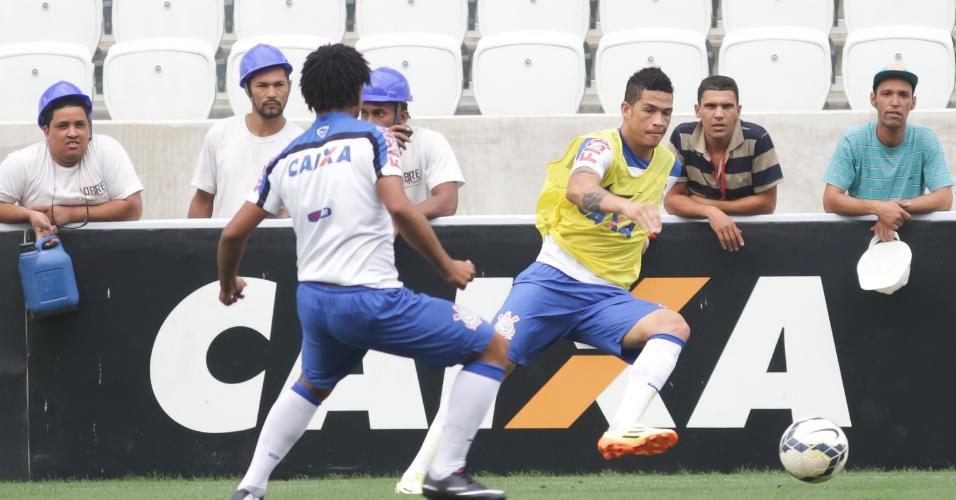Luciano tenta passar por Romarinho durante treino no Itaquerão