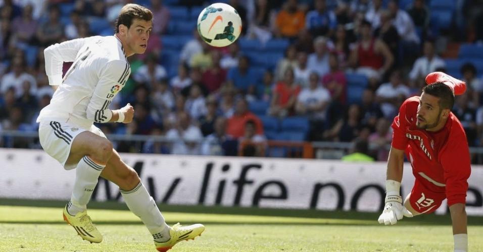 Casilla, goleiro do Espanyol, observa finalização Gareth Bale, do Real Madrid, pelo Campeonato Espanhol