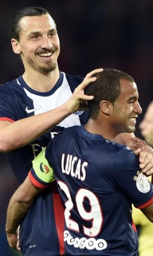 Lucas, meia do PSG, é abraçado por Ibrahimovic na última rodada do Campeonato Francês