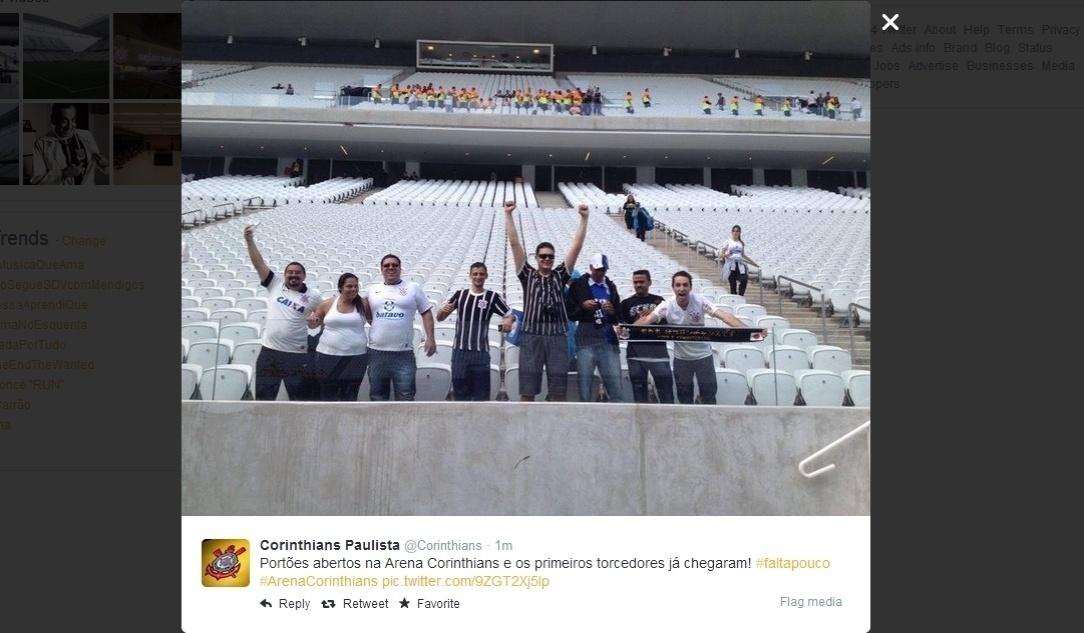 18.mai.2014 - Primeiros torcedores começaram a ocupar as arquibancadas do Itaquerão para o primeiro jogo oficial da história do estádio, entre Corinthians e Figueirense, neste domingo