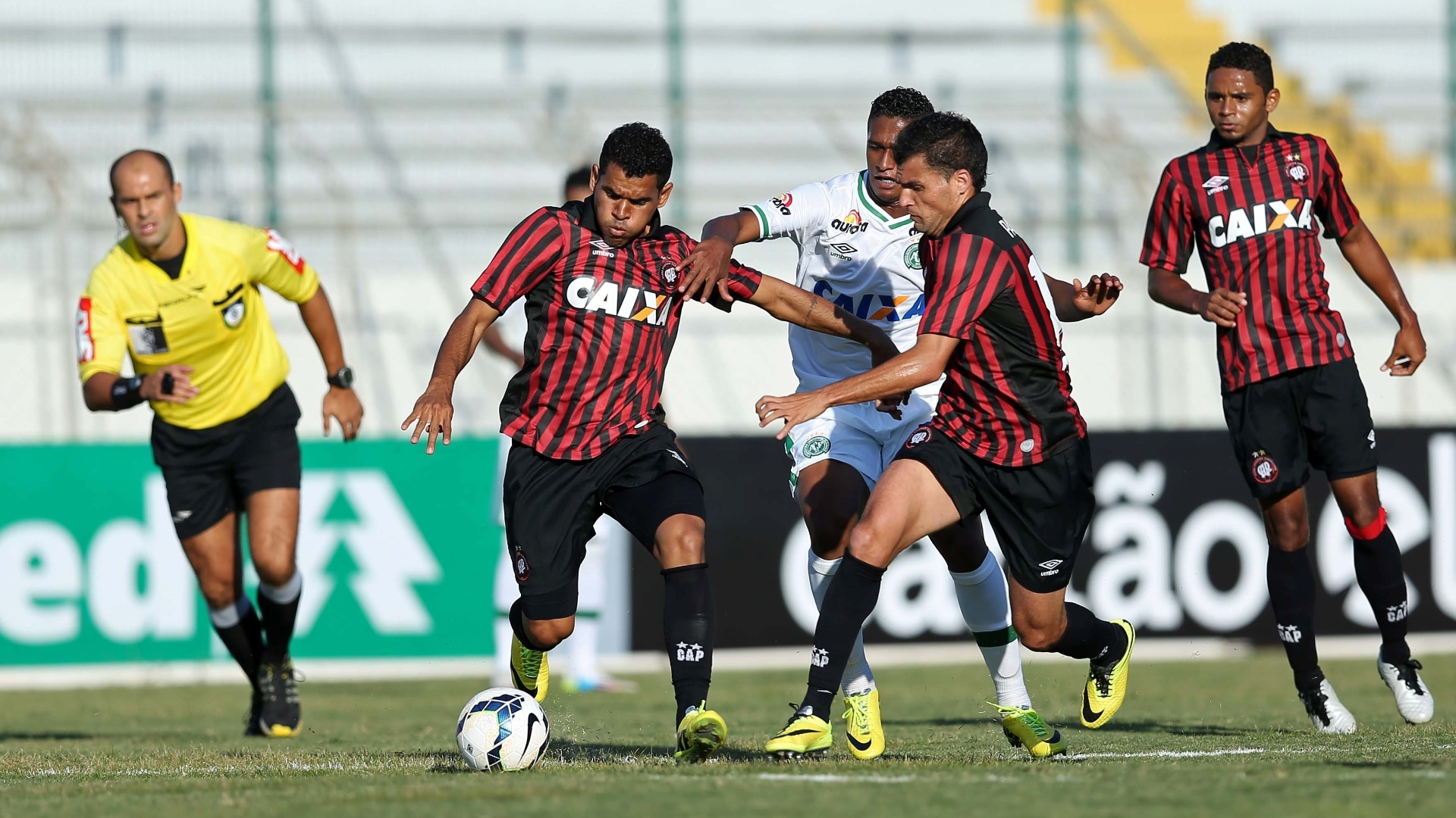 Ederson domina a bola. Ele criou boas chances de marcar para o Atlético-PR, que empatou por 1 a 1 com a Chapecoense