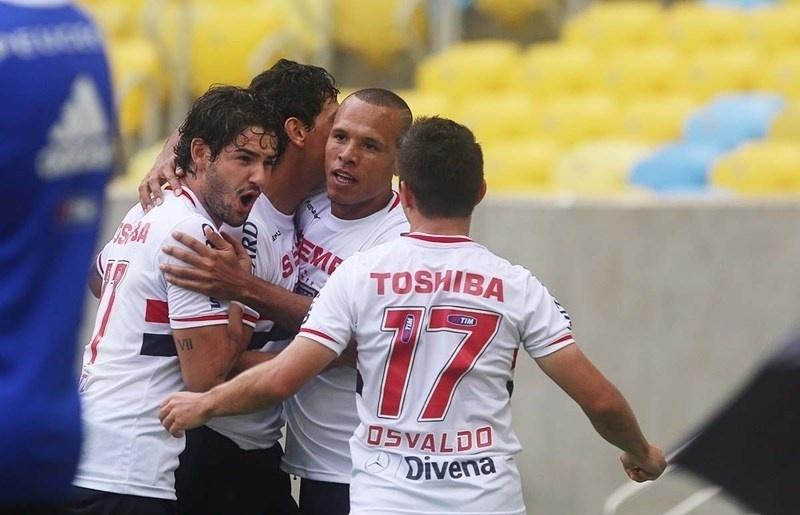 Jogadores do São Paulo comemoram gol de Ganso contra o Flamengo pelo Brasileirão