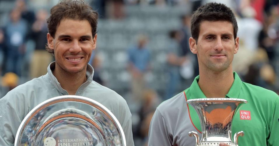 Rafael Nadal (esq.) e Novak Djokovic (dir.) recebem os troféus do Masters 1000