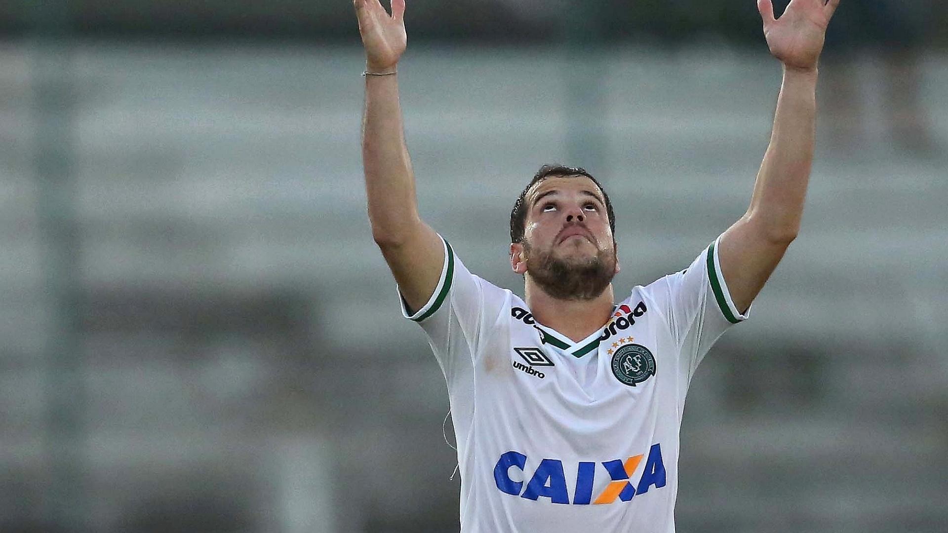Tiago Luís celebra o gol marcado no fim do jogo entre Atlético-PR x Chapecoense