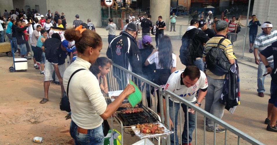 18.mai.2014 - Ambulante vende churrasco para torcedores do Corinthians que saem da estação Corinthians-Itaquera no dia da inauguração do Itaquerão