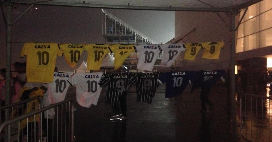 18.mai.2014 - Ambulantes improvisaram araras e venderam camisas falsificadas na saída do Itaquerão