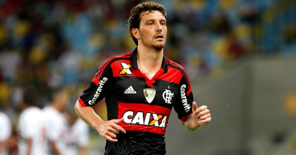 18.mai.2014 - Elano sofre com as lesões e tenta decolar com a camisa do Flamengo