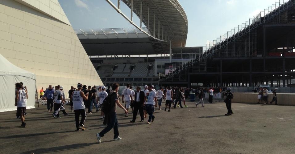 18.mai.2014 - Milhares de torcedores circularam pelo terreno do Itaquerão no dia da inauguração. Muitos deles estavam sem ingressos.