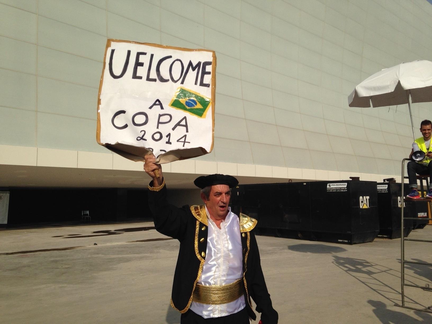 18.mai.2014 - Torcedor do Corinthians escreve cartaz em inglês para dar boas-vindas à Copa, mas erra grafia.