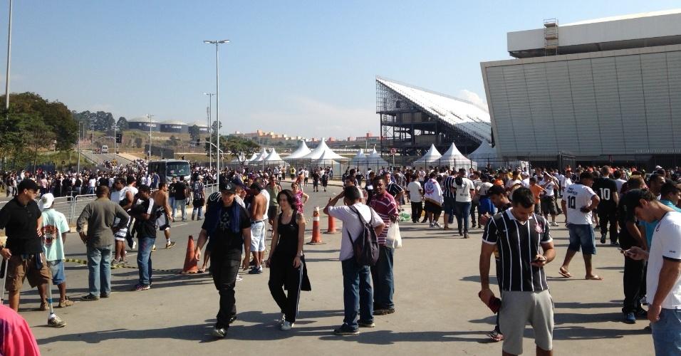 18.mai.2014 - Torcedores do Corinthians circulam nas imediações do Itaquerão no dia em que o estádio foi inaugurado