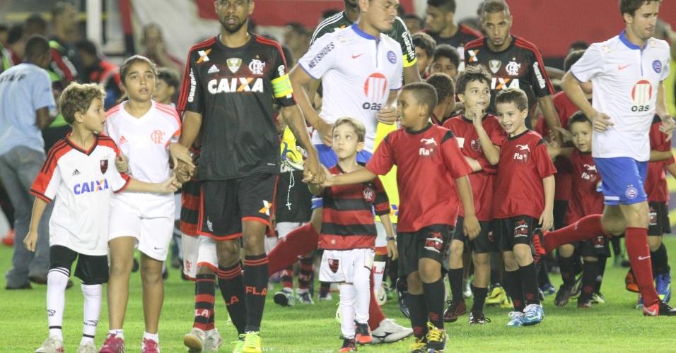 21.mai.2014 - Atletas de Flamengo e Bahia entram em campo pelo Brasileirão