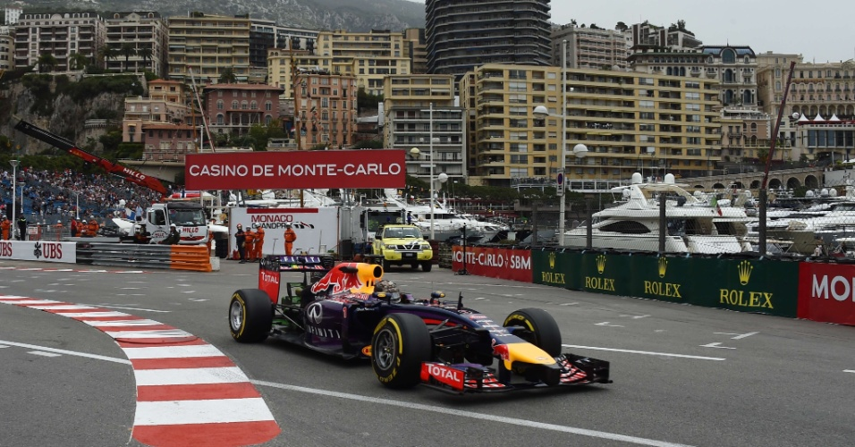 Sebastian Vettel conduz sua Red Bull durante treino livre em Mônaco