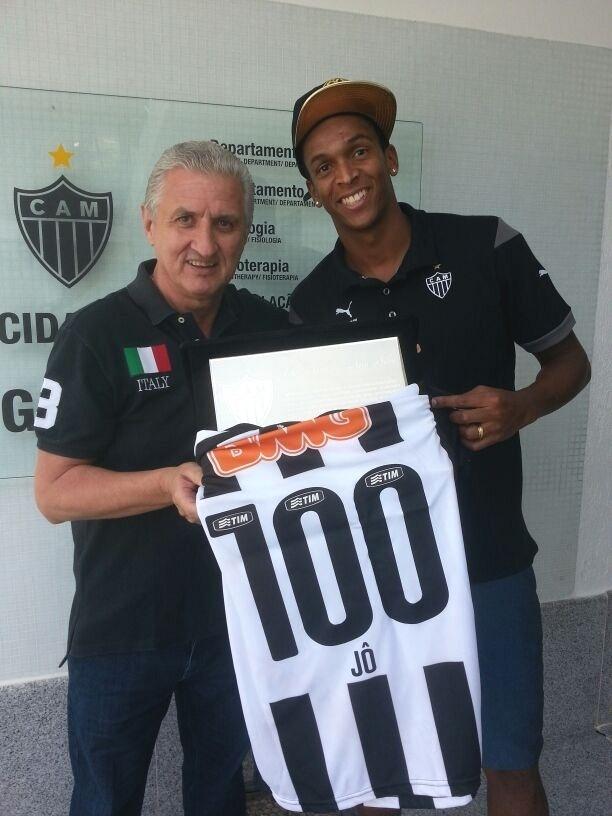 24 maio 2014 - Atacante Jô recebe homenagem pelos 100 jogos com a camisa do Atlético-MG