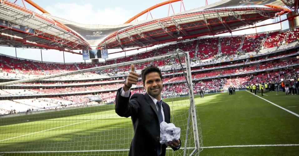 24.05.2014 - Meia brasileiro Diego acena antes da final da Liga dos Campeões