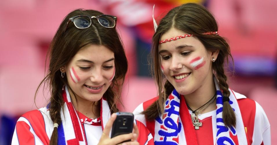 24.05.2014 - Torcedoras do Atlético de Madri se preparam para a final da Liga dos Campeões