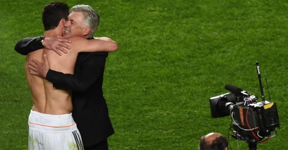 24.mai.2014 - Ancelotti abraça o craque português Cristiano Ronaldo