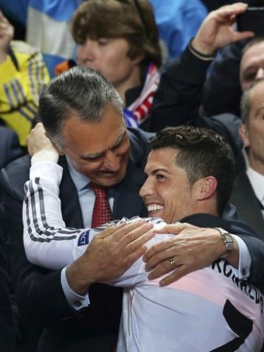 24.mai.2014 - Campeão, Cristiano Ronaldo é abraçado pelo presidente de Portugal, Anibal Cavaco Silva