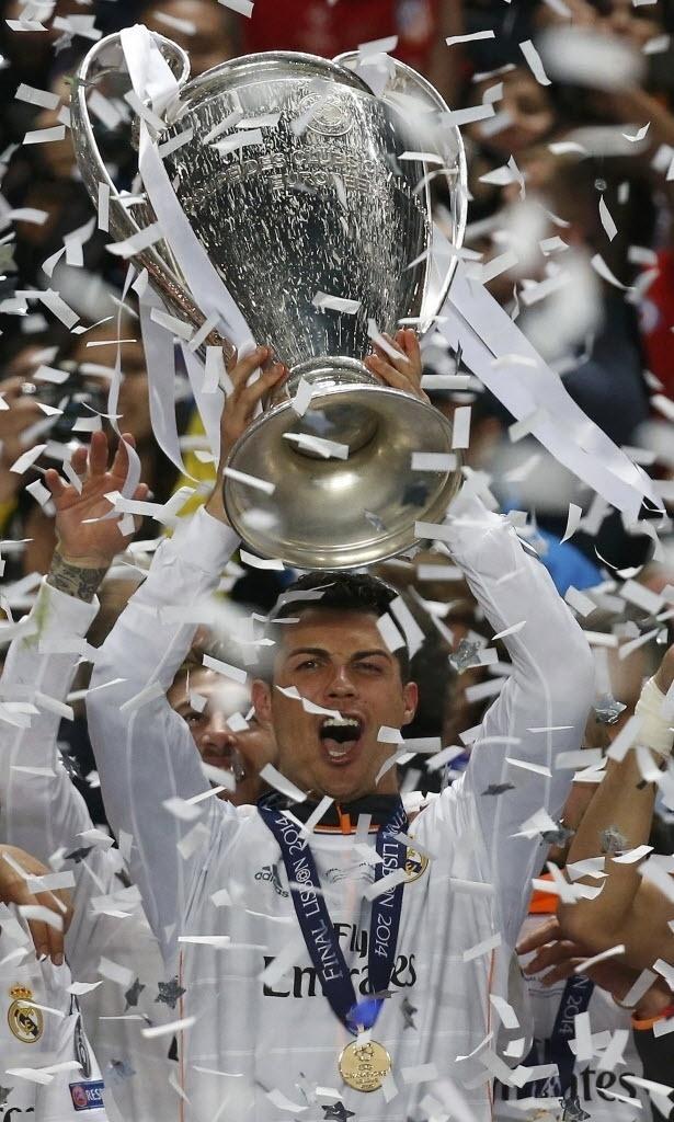 24.mai.2014 - Cristiano Ronaldo, autor do quarto gol, levanta a taça