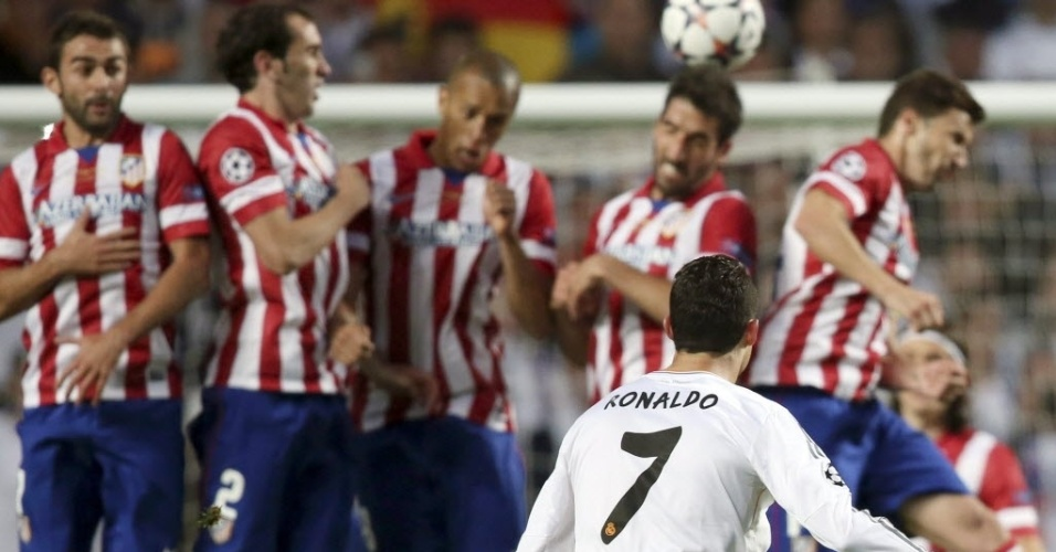 24.mai.2014 - Cristiano Ronaldo cobra falta, mas a barreira do Atlético de Madri chega