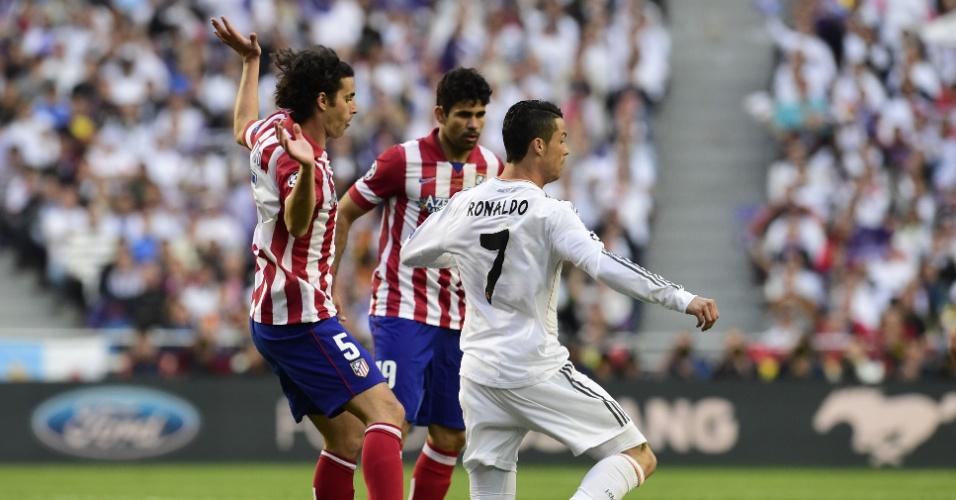 24.mai.2014 - Cristiano Ronaldo é tocado por Tiago durante a final entre Real Madrid contra Atlético de Madri