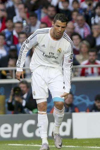 24.mai.2014 - Cristiano Ronaldo leva as mãos à coxa depois de mais um ataque frustrado do Real Madrid