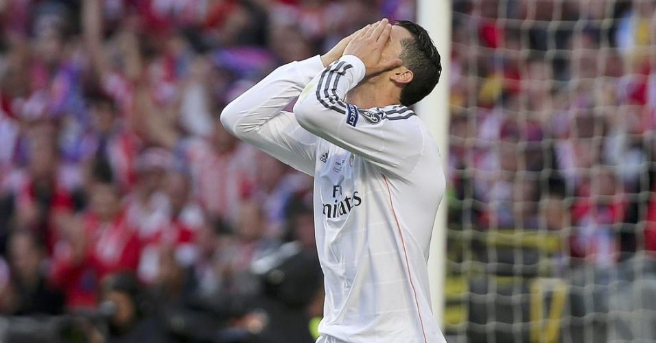 24.mai.2014 - Cristiano Ronaldo leva mãos ao rosto para lamentar chance perdida contra o Atlético de Madri