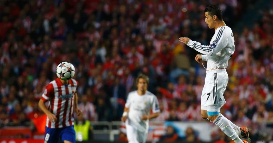 24.mai.2014 - Cristiano Ronaldo sobe para tentar cabeçada durante final da Liga dos Campeões entre Real Madrid e Atlético de Madri