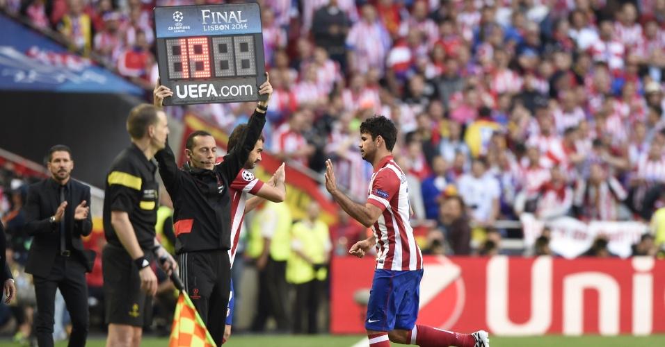 24.mai.2014 - Diego Costa volta a sentir lesão com apenas oito minutos de jogo e deixa o campo na final da Liga dos Campeões