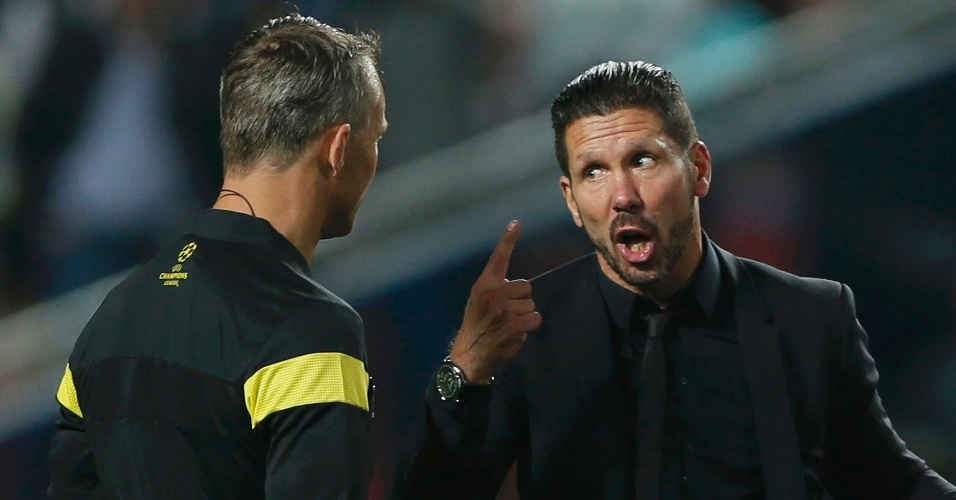 24.mai.2014 - Diego Simeone, técnico do Atlético de Madri, reclama com árbitro durante prorrogação na final da Liga dos Campeões contra o Real Madrid
