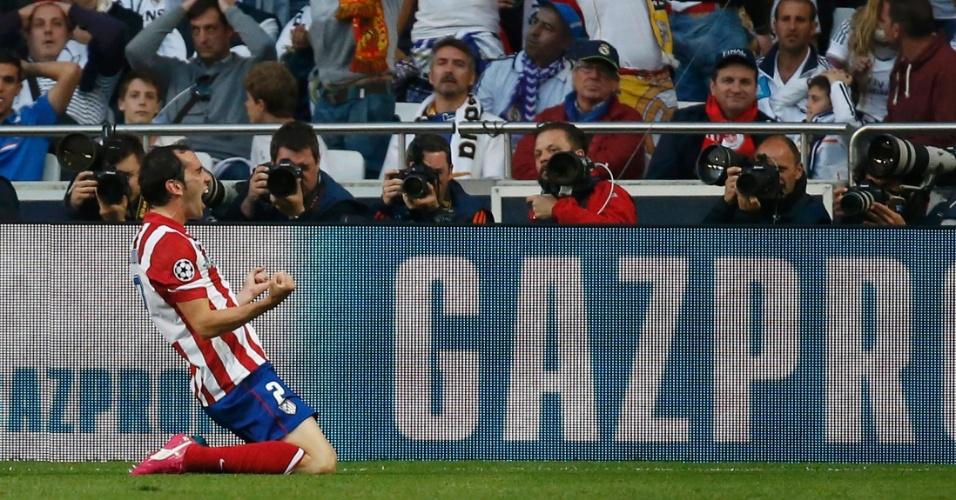 24.mai.2014 - Godin, do Atlético de Madrid, cai de joelhos no gramado para comemorar gol sobre o Real Madrid na final da Liga dos Campeões
