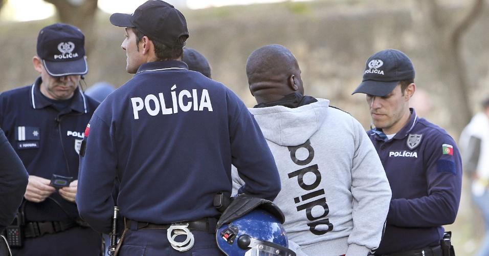 24.mai.2014 - Homem é preso pela polícia portuguesa antes de final da Liga dos Campeões