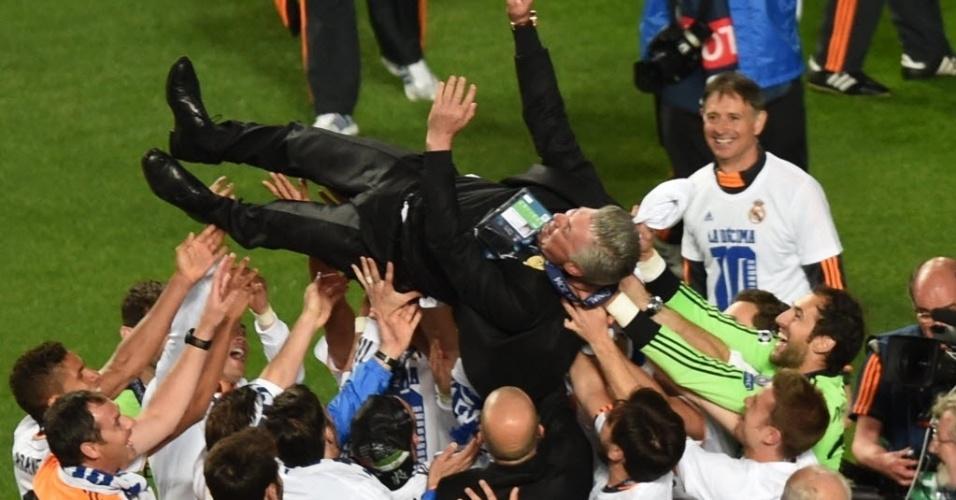 24.mai.2014 - Jogadores do Real Madrid carregam Ancelotti após vencer Liga dos Campeões