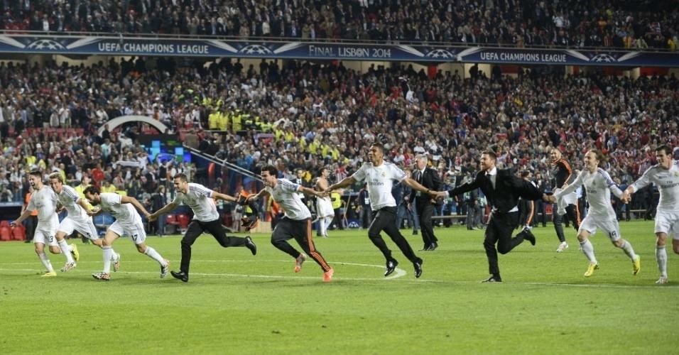 24.mai.2014 - Jogadores do Real Madrid fazem corrente para comemorar com a torcida