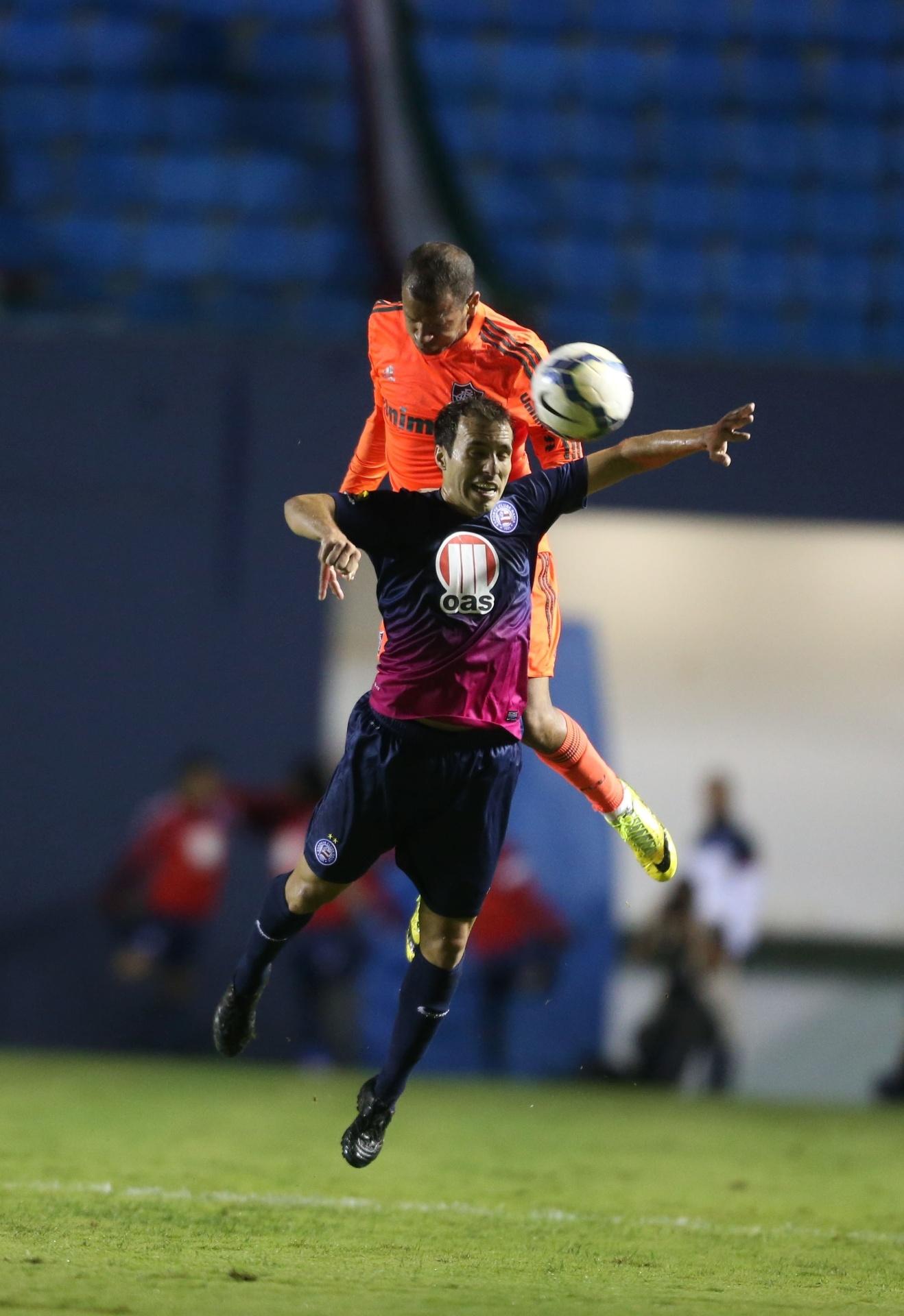 24.mai.2014 - Lateral Carlinhos disputa bola pelo alto com jogador do Bahia, em partida disputada em Barueri