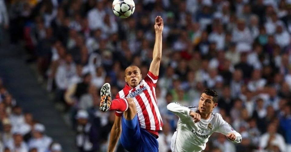 24.mai.2014 - Miranda afasta bola e não dá chances para Cristiano Ronaldo