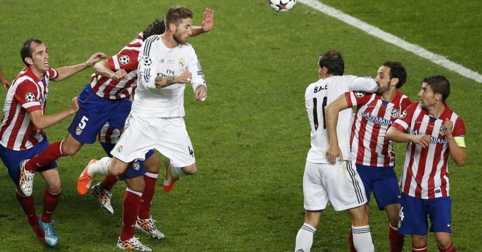 24.mai.2014 - Sérgio Ramos cabeceia para o gol no último minuto de partida e leva jogo para prorrogação