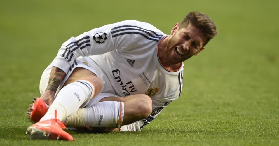 24.mai.2014 - Sergio Ramos sente dores após sofrer falta na final da Liga dos Campeões contra o Atlético de Madri