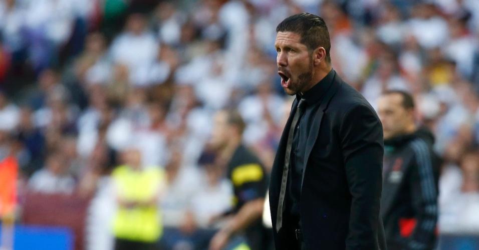 24.mai.2014 - Técnico do Atlético de Madri, Simeone, orienta sua equipe durante final da Liga dos Campeões contra o Real Madrid