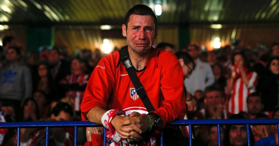 24.mai.2014 - Torcedor do Atlético de Madri chora durante jogo contra o Real Madrid na final da Liga dos Campeões