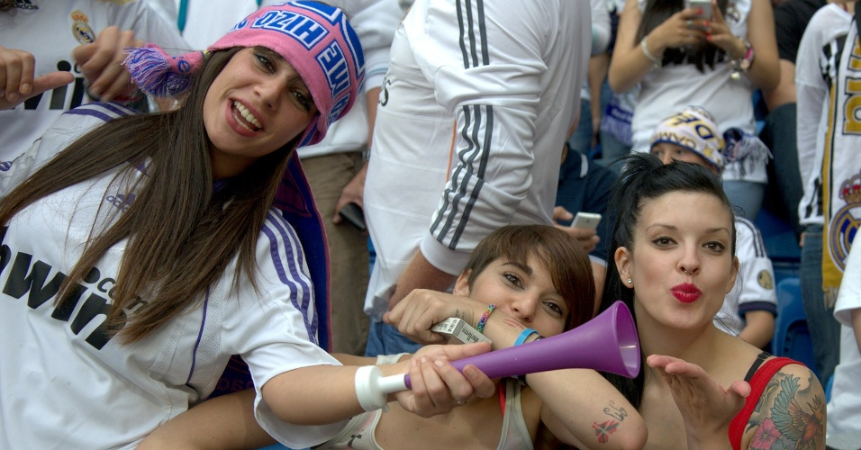 24.mai.2014 - Torcedora joga beijo durante final da Liga dos Campeões entre Atlético de Madri e Real Madrid