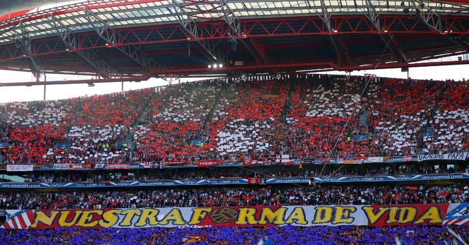 24.mai.2014 - Torcida do Atlético de Madri exibe mosaico antes da final contra o Real Madrid pela Liga dos Campeões